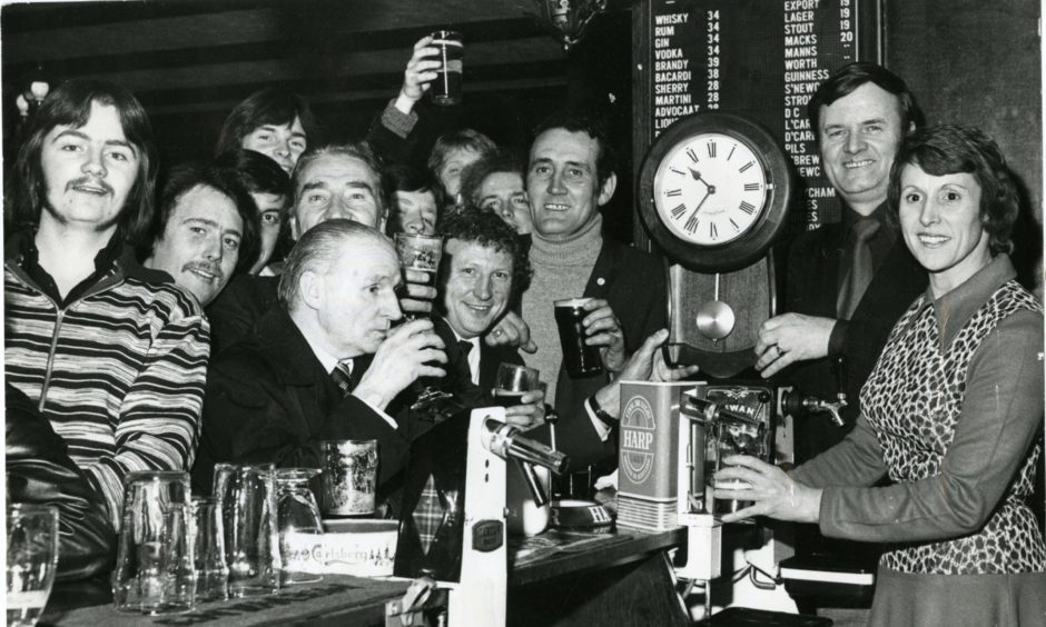 Time gentlemen please! Drinkers are put on the clock at the Highwayman in the Hilltown in 1976.