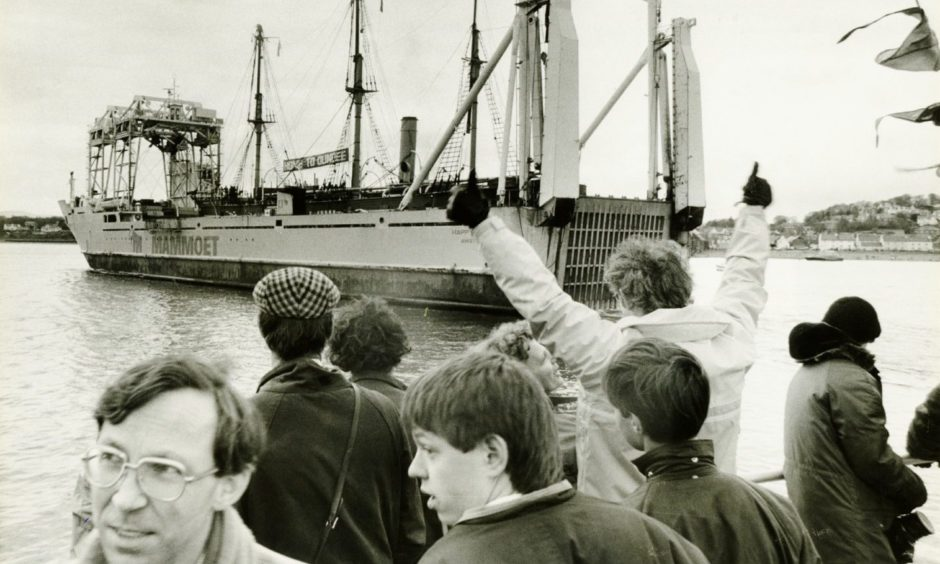 Crowds cheer as the Discovery finally arrives home to Dundee.