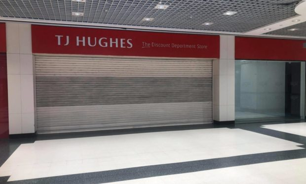 To go with story by James Simpson. TJ Hughes and Wellgate Centre refuse to comment on stores future. Picture shows; TJ Hughes shutters remain down despite lockdown measures easing.. Wellgate Centre Dundee.. James Simpson/DCT Media Date; 27/04/2021