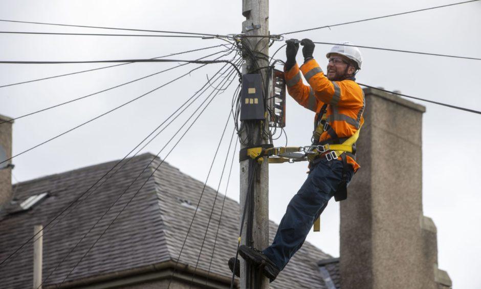 Engineer works on full fibre pole 29/07/2020