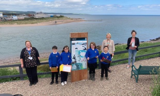 Southesk primary pupils and staff with MSP Mairi Gougeon.
