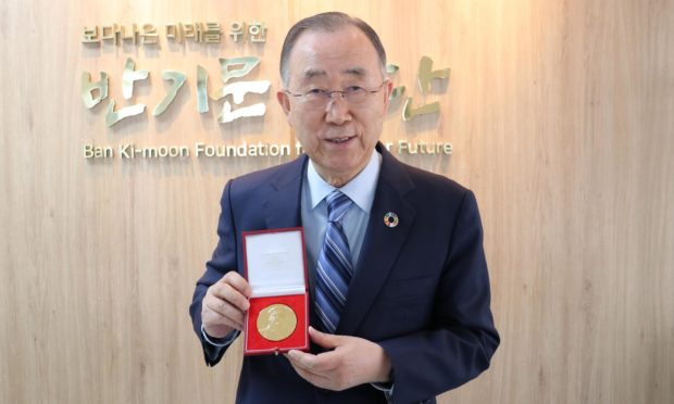 Former UN Secretary-General Ban Ki Moon with his RSGS medal