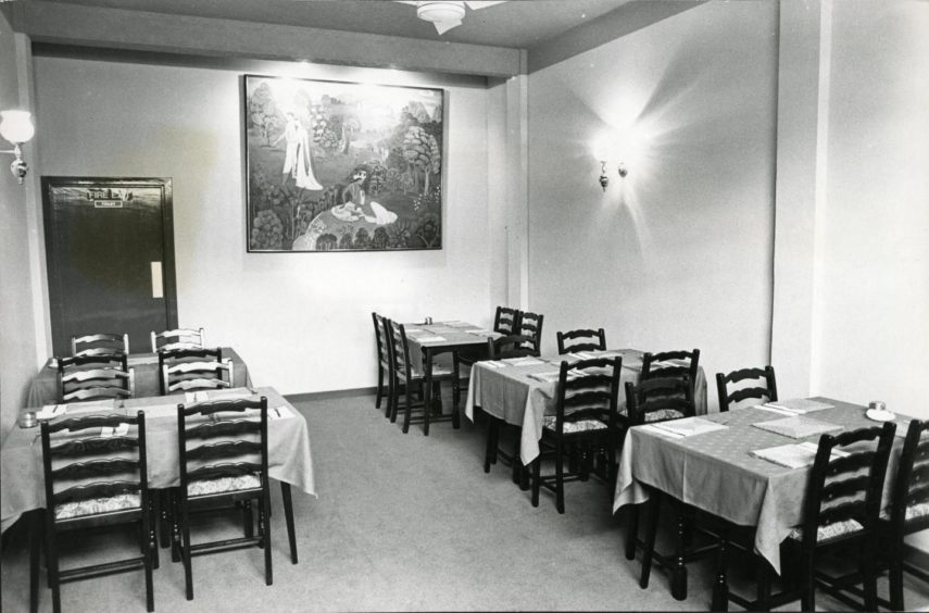 The interior of the iconic Gunga Din on Perth Road in June 1984.