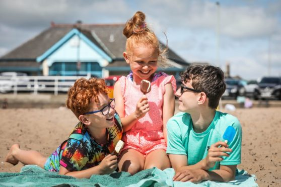 Children enjoy the hottest day of 2021 in Tayside and Fife