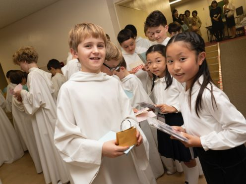A singer from Libera with a fan (Libera)