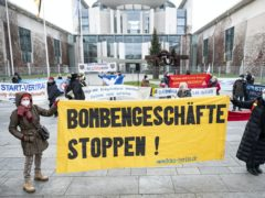 Demonstrators in front of the Federal Chancellery (dpa/AP)