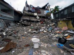 A building lays in ruins three days after the quake (Fernando Llano)