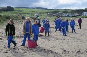 The pupils in action on Machrihanish beach with Andrea McShannon from the GRAB Trust. NO_c40beachclean02